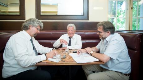 Der ehemaligeBundespräsident Joachim Gauckim Gespräch mit Rudi Wais (rechts)und Stefan Lange (links)von der Augsburger Allgemeinen.