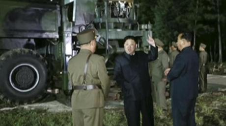 Der vom nordkoreanischen Rundfunk- und Fernsehkomitee zur Verfügung gestellte Videocrop zeigt Machthaber Kim Jong Un auf einem Raketen-Testgelände.
