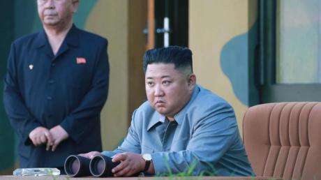 Nordkoreas Machthaber Kim Jong Un verfolgt den Raketentest.