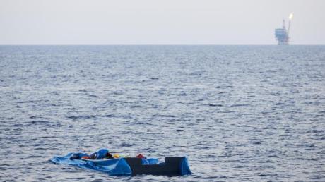 Die Hülle eines Schlauchbootes treibt im Mittelmeer. Symbolfoto: Fabian Heinz/Sea-Eye