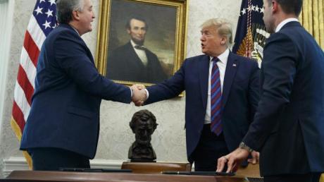 US-Präsident Donald Trump schüttelt die Hand von Enrique Degenhart, Innenminister von Guatemala.