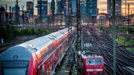 Auf bestimmten Strecken in Deutschland kostet Fliegen noch immer weniger als Bahnfahren.