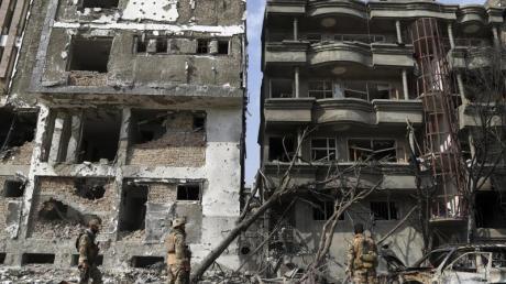 Sicherheitskräfte inspizieren durch den Anschlag zerstörten Gebäude.