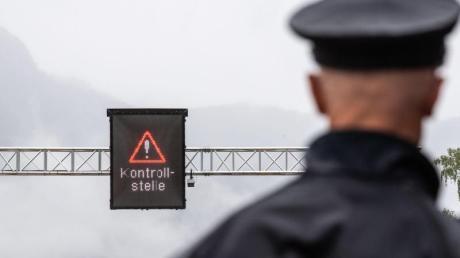 Ein deutscher Polizist nahe der Grenzkontrollstation Walserberg, wo die neue dritte Spur für Grenzkontrollen eröffnet wird. Foto: Lino Mirgeler