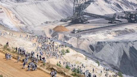 Umweltaktivisten im Tagebau Garzweiler im Juni.