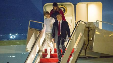 Donald Trump, (rechts) Präsident der USA, mit seiner Frau Melania und seinem Sohn Barron.