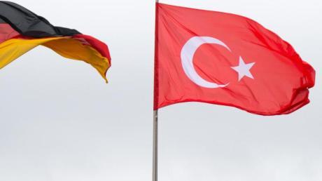 In der Türkei ist ein deutscher Staatsbürger Medienberichten zufolge wegen des Vorwurfs der Terrorpropaganda festgenommen worden.