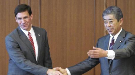 US-Verteidigungsminister Mark Esper (l) mit seinem japanischen Amtskollegen Takeshi Iwaya in Tokio. Foto: Eugene Hoshiko/Pool AP