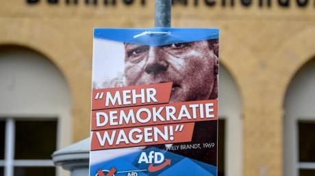 Ein AfD-Plakat mit dem Konterfei Willy Brandts hängt am Bahnhof von Michendorf in Brandenburg.