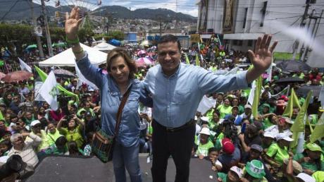 Sandra Torres (l), Präsidentschaftskandidatin der Nationalen Union der Hoffnung, und Carlos Raul Morales (r), Kandidat für die Vizepräsidentschaft.