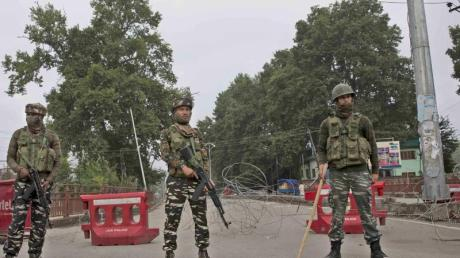 Indische Soldaten stehen an einem provisorischen Kontrollposten in Kaschmir.