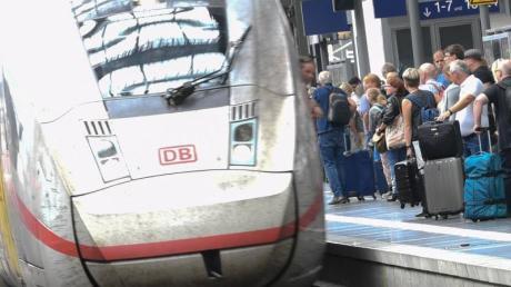 Bundeswehr und Bahn haben sich auf Gratis-Bahnfahrten für Soldaten geeinigt - zunächst im Fernverkehr. Foto: Arne Dedert/Archiv