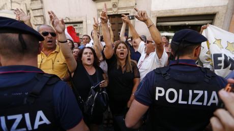 Polizeibeamte sicherten eine Demo vor der italienischen Abgeordnetenkammer, während im Parlament Regierungschef Conte mit Innenminister Salvini von der rechten Lega abrechnete.