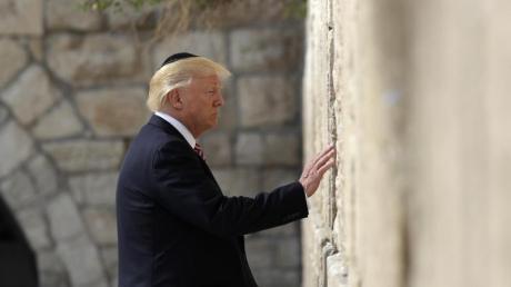 Donald Trump steht am 22.05.2017 vor der Klagemauer in Jerusalem. Trump ist der erste US-Präsident, der das höchste jüdische Heiligtum während seiner Amtszeit besucht hat. Foto: Evan Vucci/AP/Archiv