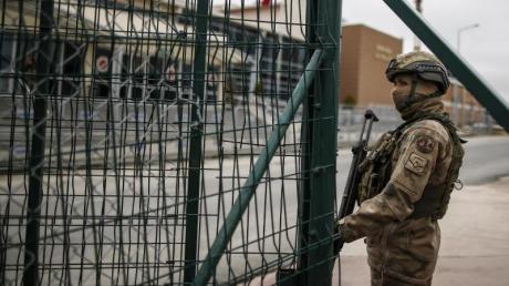 Türkische Soldaten stehen vor dem Gefängniskomplex, in dem Deniz Yücel mehr als ein Jahr in der Türkei inhaftiert war.