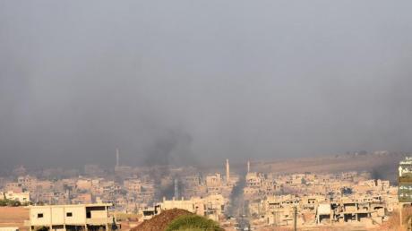 Rauch steigt aus der Stadt Chan Schaichun auf.
