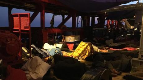 In Sicherheit:Migranten schlafen auf dem Rettungsschiff «Ocean Viking», das erst nach zwei Wochen Blockade auf dem Mittelmeer in Malta anlegen darf. Foto:Avra Fialas/SOS Mediterranee/AP