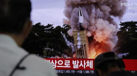 Der Raketentest wird im nordkoreanischen Fernsehen übertragen.