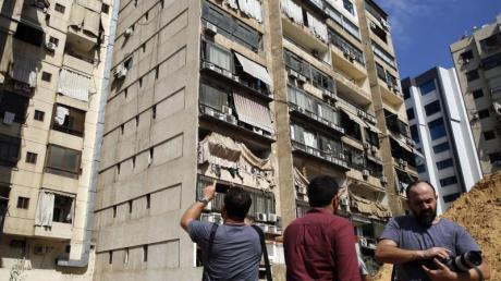 Journalisten fotografieren in Beirut das Gebäude, in dem ein Medienbüro der Hisbollah-Miliz durch eine abgestürzte Drohne beschädigt wurde. Foto: Bilal Hussein/AP