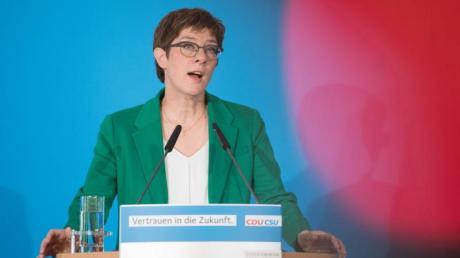 Annegret Kramp-Karrenbauer spricht zum Abschluss der Klausur der Präsidien von CDU und CSU in Dresden.