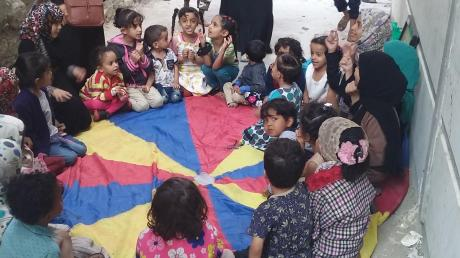 Die Jemen Kinderhilfe hat auch eine Wohnung für 25 Waisenmädchen angemietet, die dort von zehn Kriegswitwen betreut werden. Auch diese Gruppe soll in das neue Domizil ziehen.