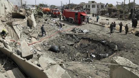 Rettungskräfte und Polizisten am Anschlagsort in Kabul.