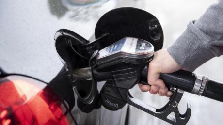 Diesel, Benzin, Heizöl und Erdgas sollen nach dem Willen der Unionsfraktionsspitzen über einen Handel mit CO2-Verschmutzungsrechten teurer werden.