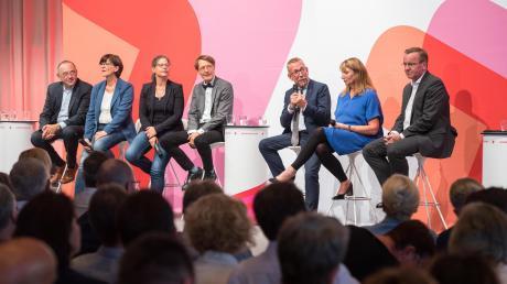 Die Kandidaten für den Parteivorsitz der SPD sitzen sauber aufgereiht bei einer Regionalkonferenz. Jetzt haben die Parteimitglieder die Wahl. Karl-Heinz Brunner (am Mikrofon) steht nicht mehr zur Wahl.