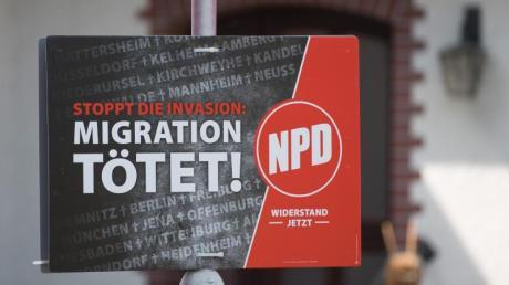 Ein Wahlplakat der NPD: Im hessischen Altenstadt ist jetzt ein NPD-Vertreter mit den Stimmen CDU, SPD und FDP einstimmig an die Gemeindespitze gewählt worden. Foto: Sebastian Kahnert/Archiv