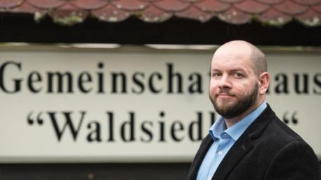 Stefan Jagsch (NPD), Ortsvorsteher von Altenstadt-Waldsiedlung, vor dem Gemeinschaftshaus des Ortsteils. Foto: Andreas Arnold