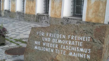 Vor Hitlers Geburtshaus wird seiner Opfer gedacht.