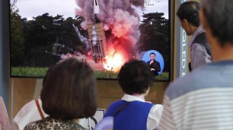 Passanten in Seoul schauen auf einem Fernseher einem Raketenstart Nordkoreas während einer Nachrichtensendung zu. Nordkorea hat einem Bericht zufolge erneut einen Waffentest unternommen.