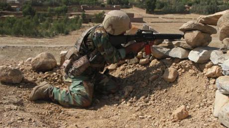 Ein Mitglied der Sicherheitskräfte während einer Militäroperation in Ostafghanistan.