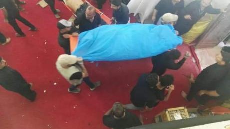 Männer tragen die Leiche eines bei der Massenpanik getöteten Gläubigen. Foto: XinHua