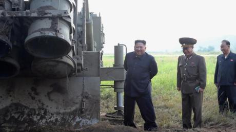 Das von der nordkoreanischen Regierung zur Verfügung gestellten Foto zeigt Machthaber Kim Jong Un an einem Standort für Mehrfachraketenwerfer.Foto: KCNA via KNS/AP