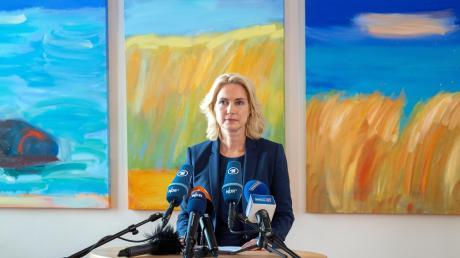 Manuela Schwesig (SPD) ist an Brustkrebs erkrankt. Sie erhielt aus allen Seiten der Politik Genesungswünsche. Ein bayerischer FDP-Politiker sorgte jedoch für Empörung.