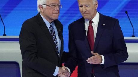 Bernie Sanders (L) und Joe Biden begrüßen sich zur dritten TV-Debatte. Foto: David J. Phillip/AP