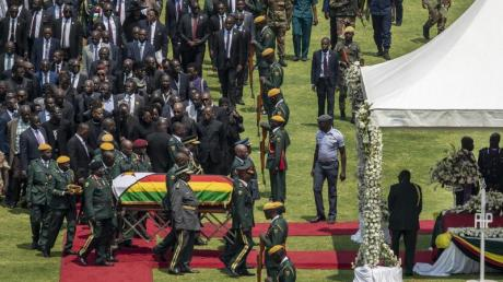 Der mit einer Nationalfahne bedeckte Sarg von Robert Mugabe wird im «National Sports Stadium» aufgebahrt. Foto: Ben Curtis/AP