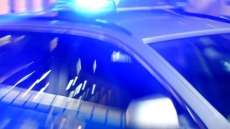 Ein Streifenwagen der Polizei mit eingeschaltetem Blaulicht. Foto: Carsten Rehder