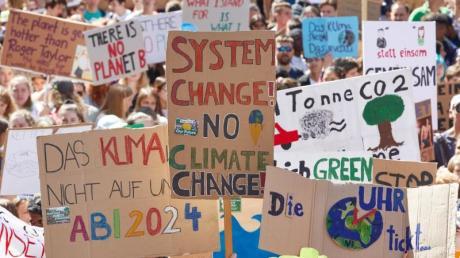 """Seit Monaten demonstrieren Schüler freitags für das Klima. In Bayern könnten Teilnehmer von """"Fridays for Future"""" nun Probleme bekommen."""