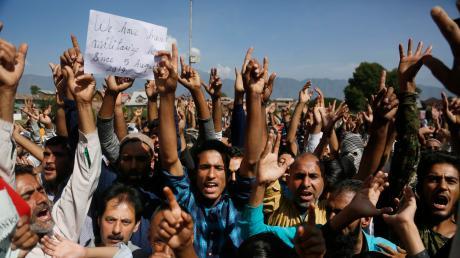 Muslime in Kaschmir protestieren gegen die Entscheidung Indiens, der Region ihre Autonomie zu entziehen.