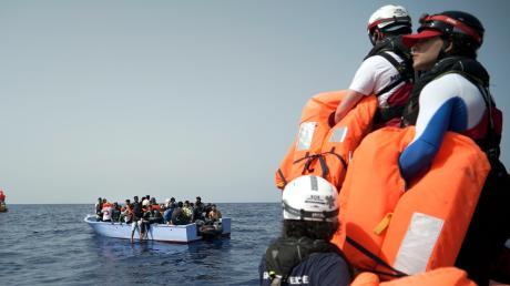 """Seenotretter der """"SOS Mediterranee"""" halten Rettungswesten für die in Seenot geratenen Migranten bereit."""
