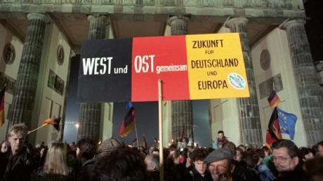 Rund eine Million Menschen feiern in der Nacht des 3. Oktober 1990 in Berlin die wiedergewonnene deutsche Einheit - doch nicht alles ist zusammengewachsen.