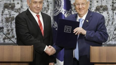 Israels Staatspräsident Reuven Rivlin (r) beauftragt Ministerpräsident Benjamin Netanjahu mit der Regierungsbildung. Foto: Sebastian Scheiner/AP