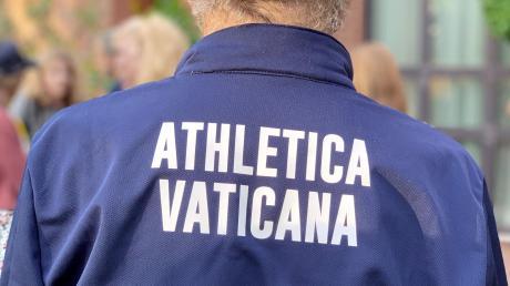 Mit Gottes Segen sind die Sportler vom Team Vatikan beim Berlin Marathon unterwegs.