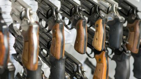 Revolver hängen in der Waffenkammer des Landeskriminalamts Mecklenburg-Vorpommern. - Bei den gefundenen Waffen handelt es sich laut Bundesinnenministerium etwa um Faustfeuerwaffen, Langwaffen, Kriegswaffen, Pyrotechnik oder Hieb- und Stichwaffen.