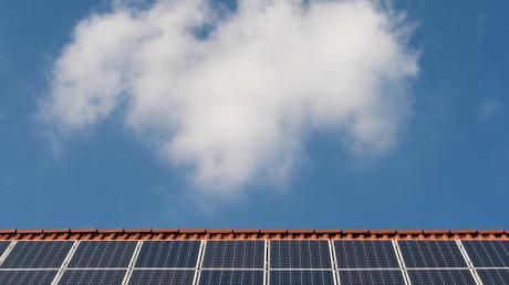 Solarzellen auf einem Ziegeldach. Das Klimapaket der Bundesregierung steht, doch in den Ländern gibt es dafür viel Kritik.