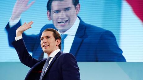 ÖVP-Chef Sebastian Kurz winkt seinen Anhängern zu.