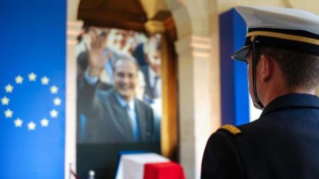 Ein Offizier vor dem aufgebahrten Sarg des verstorbenen französischen Präsidenten Chirac im Pariser Invalidendom.