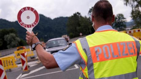 Bei einer Grenzkontrolle an der österreichisch-schweizerischen Grenze nahmen die Beamten einem betrunkenen Autofahrer den Autoschlüssel ab.